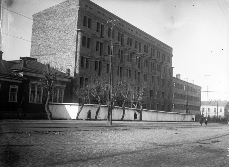1930-е годы. Строительство дома для работников завода «СТАНКОМАШ». Фотография из альбома группы «Челябинская старина» (социальная сеть «Одноклассники»)