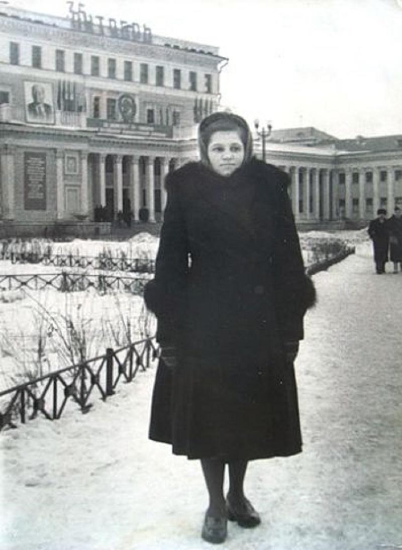 На фоне ДК ЗСО. 15 ноября 1952 года. Источник: http://chelchel-ru.livejournal.com/453972.html