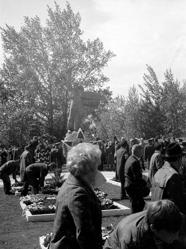 Май 1975 г. Возложение венков на Успенском кладбище сотрудниками института лакокрасочных покрытий.  Из архива института пигментных материалов