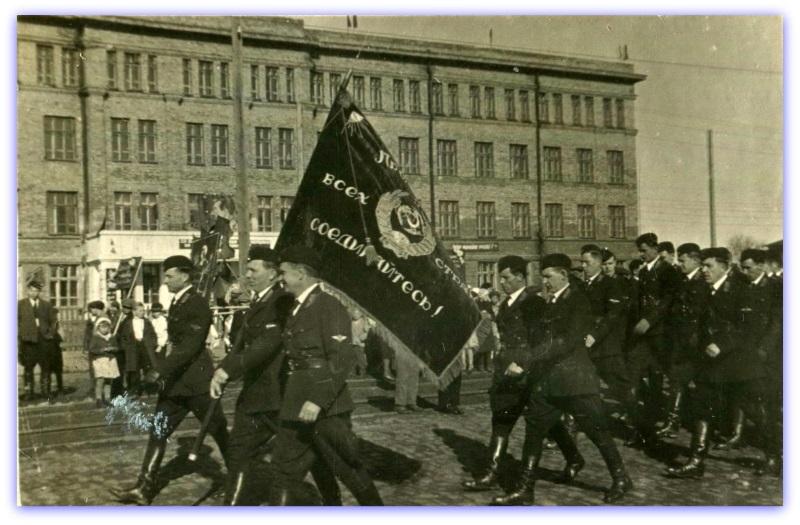 1938 год. На заднем плане здание школы №23. Фотография из фонда Государственного исторического музея Южного Урала