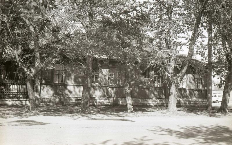 Восточный фасад дома. 1993 год. Фотография из фонда Центра историко-культурного наследия Челябинска