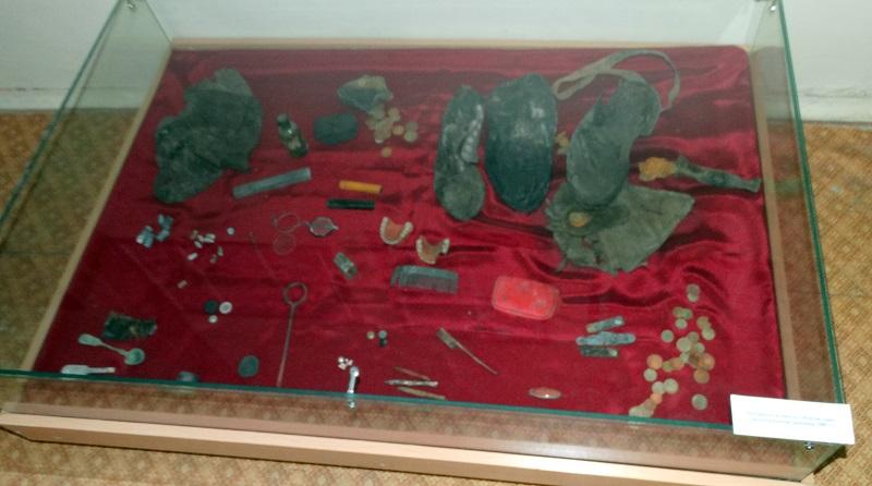 Вещи расстрелянных жертв, найденные при раскопках на Золотой горе. Выставка в Центре историко-культурного наследия Челябинска
